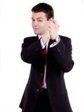 Hombre de negocios joven que se coloca con de común acuerdo imagen de archivo libre de regalías