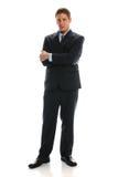 Hombre de negocios joven que se coloca con los brazos cruzados Fotos de archivo libres de regalías