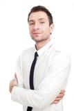 Hombre de negocios joven que se coloca con sus brazos cruzados Fotos de archivo libres de regalías