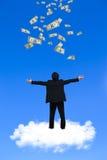 Hombre de negocios joven que se coloca en la nube Imagenes de archivo
