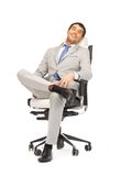 Hombre de negocios joven que se sienta en silla Fotografía de archivo libre de regalías