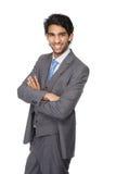Hombre de negocios joven que sonríe con los brazos cruzados Foto de archivo