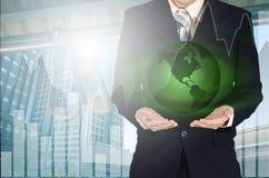 Hombre de negocios joven que sostiene el planeta de la tierra disponible Elementos de esto Imagen de archivo