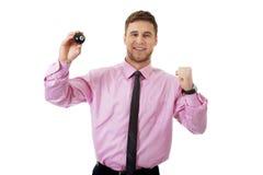 Hombre de negocios joven que sostiene la bola de billar Fotos de archivo libres de regalías