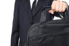 Hombre de negocios joven que sostiene la maleta Fotos de archivo