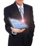 Hombre de negocios joven que sostiene un panel solar Imágenes de archivo libres de regalías