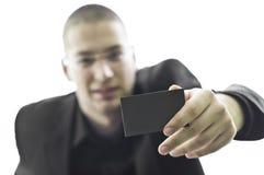 Hombre de negocios joven que sostiene una tarjeta de visita Foto de archivo