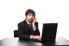 Hombre de negocios joven que trabaja con la computadora portátil Imagen de archivo