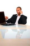 Hombre de negocios joven que trabaja con la computadora portátil Foto de archivo libre de regalías