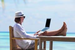 Hombre de negocios joven que trabaja en café al aire libre Imagen de archivo
