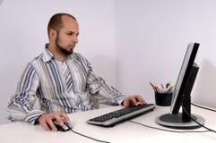 Hombre de negocios joven que trabaja en el ordenador imagenes de archivo