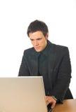 Hombre de negocios joven que trabaja en el ordenador portátil Fotografía de archivo