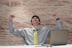 Hombre de negocios joven que trabaja en el ordenador portátil en la oficina moderna Imagen de archivo