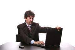 Hombre de negocios joven que trabaja en la computadora portátil Imagen de archivo