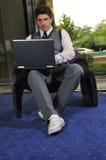 Hombre de negocios joven que trabaja en la computadora portátil Fotografía de archivo libre de regalías