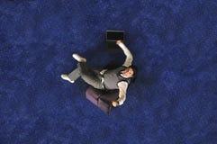 Hombre de negocios joven que trabaja en la computadora portátil Foto de archivo libre de regalías