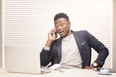 Hombre de negocios joven que trabaja en oficina Fotos de archivo libres de regalías