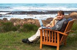 Hombre de negocios joven que trabaja en su computadora portátil Foto de archivo libre de regalías