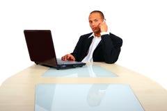 Hombre de negocios joven que trabaja en su computadora portátil Imagenes de archivo