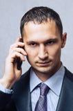 Hombre de negocios joven que usa el teléfono celular imagen de archivo libre de regalías