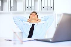 Hombre de negocios joven relajado en oficina imagen de archivo libre de regalías