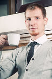 Hombre de negocios joven seguro con café Imagen de archivo libre de regalías