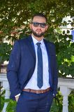 Hombre de negocios joven serio en traje azul elegante Imágenes de archivo libres de regalías