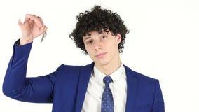 Hombre de negocios joven Showing House Keys, fondo blanco almacen de video