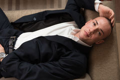 Hombre de negocios joven Sleeping en el sofá en casa imagenes de archivo