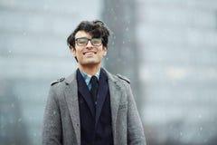 Hombre de negocios joven sonriente en nieve foto de archivo libre de regalías