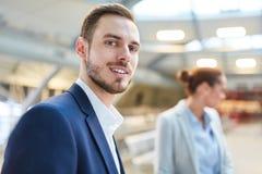 Hombre de negocios joven sonriente en viaje fotos de archivo