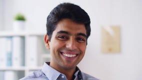 Hombre de negocios joven sonriente feliz almacen de metraje de vídeo