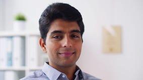 Hombre de negocios joven sonriente feliz metrajes