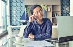 Hombre de negocios joven sonriente que trabaja en el ordenador portátil Fotografía de archivo libre de regalías