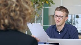 Hombre de negocios joven Taking Papers Documents y desaprobado el proyecto en oficina 4K almacen de metraje de vídeo