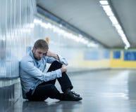 Hombre de negocios joven triste desesperado que sufre la pena del dolor emocional y la depresión profunda que se sientan solament foto de archivo libre de regalías