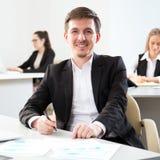 Hombre de negocios joven usando el ordenador en la oficina fotografía de archivo
