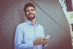 Hombre de negocios joven usando el teléfono elegante Fotos de archivo