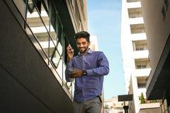 Hombre de negocios joven usando el teléfono elegante Foto de archivo