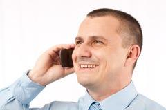 Hombre de negocios joven usando el teléfono móvil Imagen de archivo libre de regalías