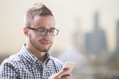 Hombre de negocios joven usando el teléfono móvil Imagenes de archivo