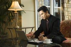 Hombre de negocios joven usando la computadora portátil Fotos de archivo libres de regalías