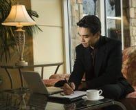 Hombre de negocios joven usando la computadora portátil Imagen de archivo