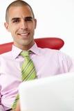 Hombre de negocios joven usando la computadora portátil Fotografía de archivo