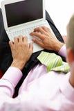Hombre de negocios joven usando la computadora portátil Imagen de archivo libre de regalías