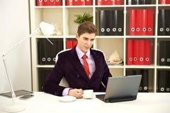 Hombre de negocios joven usando la computadora portátil Fotografía de archivo libre de regalías