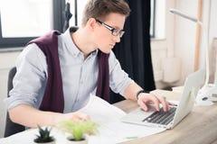 Hombre de negocios joven usando la computadora portátil Fotos de archivo