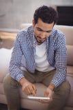 Hombre de negocios joven usando la tableta digital en la oficina creativa Foto de archivo