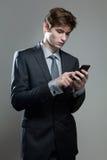 Hombre de negocios joven usando un teléfono móvil Foto de archivo