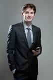 Hombre de negocios joven usando un teléfono móvil Fotografía de archivo